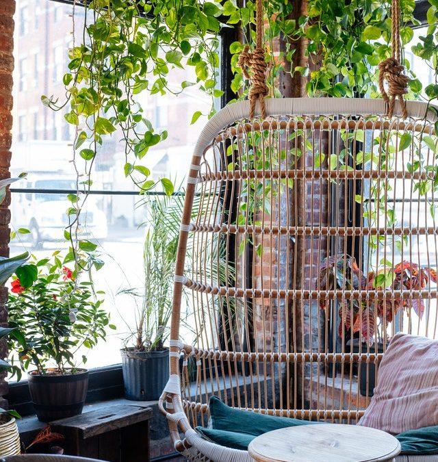 Se reposer sur une chaise suspendue : quels bienfaits pour le corps ?